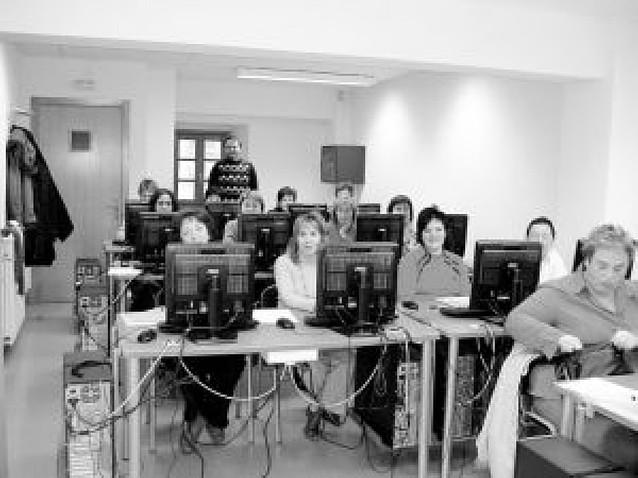 28 mujeres y jubilados se forman en sendos cursos de informática en Olazagutía