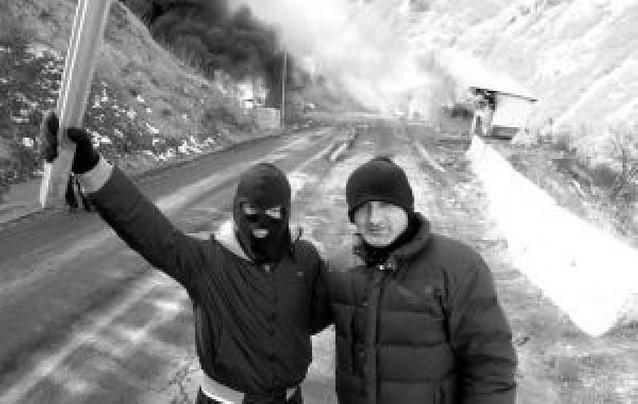 Manifestantes serbios atacan con fuego dos puestos fronterizos en Kosovo