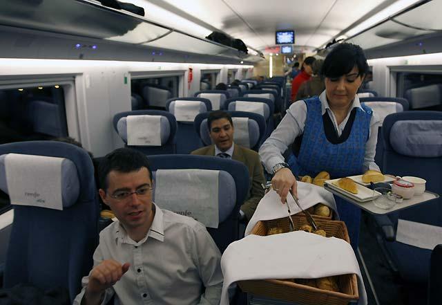 Los dos primeros trenes del AVE Madrid-Barcelona llegan a su destino con un ligero adelanto