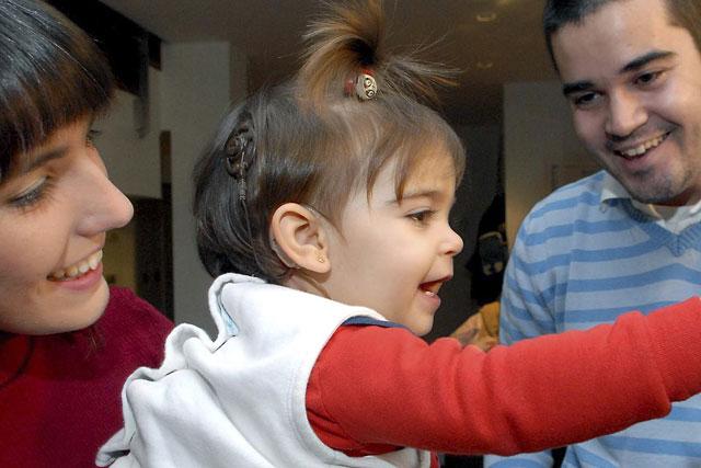 La Clínica Universitaria opera a la paciente más joven del mundo de un implante auditivo en el tronco cerebral