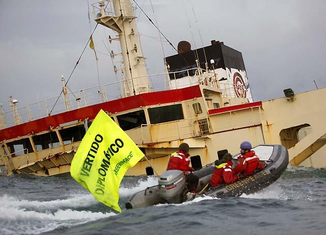 "Activistas de Greenpeace se encaraman al ""New Flame"" y denuncian un ""vertido diplomático"""