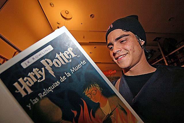 La última aventura de Harry Potter llega hoy a las librerías en castellano, catalán y gallego