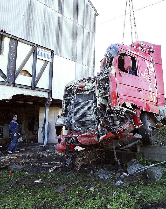 Retiran un camión que llevaba más de dos meses empotrado en una casa en Galicia