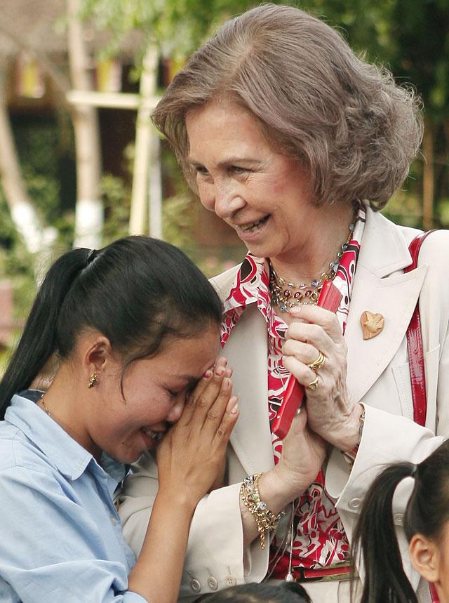 La Reina visita en Camboya un centro de acogida para niños mutilados por las minas