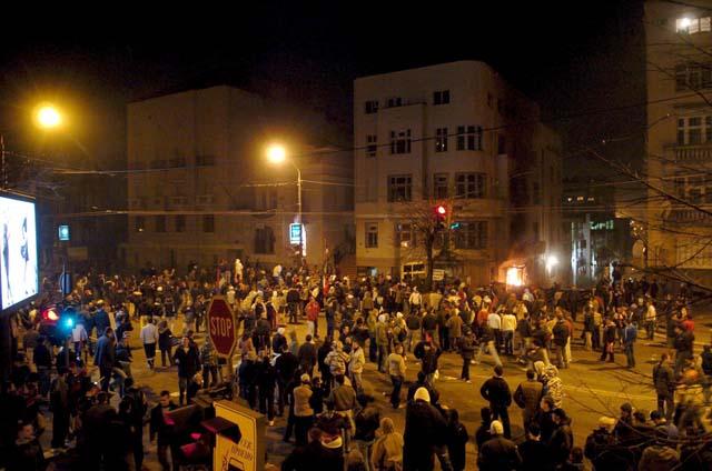 Manifestantes atacan varias embajadas en Belgrado e incendian la de EE UU