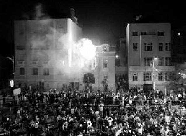 Un muerto en el asalto y el incendio de la embajada de Estados Unidos en Belgrado