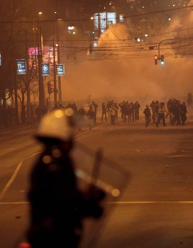 Belgrado vuelve a la calma tras los incidentes que causaron un muerto y 130 heridos
