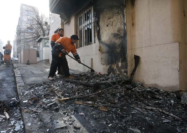 Hallado un cuerpo carbonizado en la Embajada de EEUU en Belgrado, tras ser incendiada por manifestantes serbios