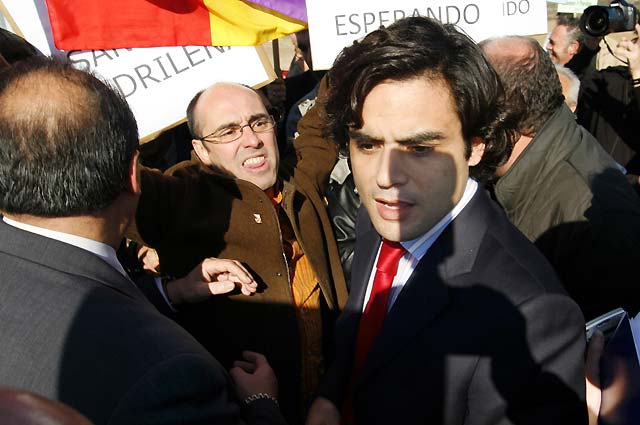 Manifestantes intentan agredir a dos consejeros de la Comunidad de Madrid en su visita al Hospital de Parla