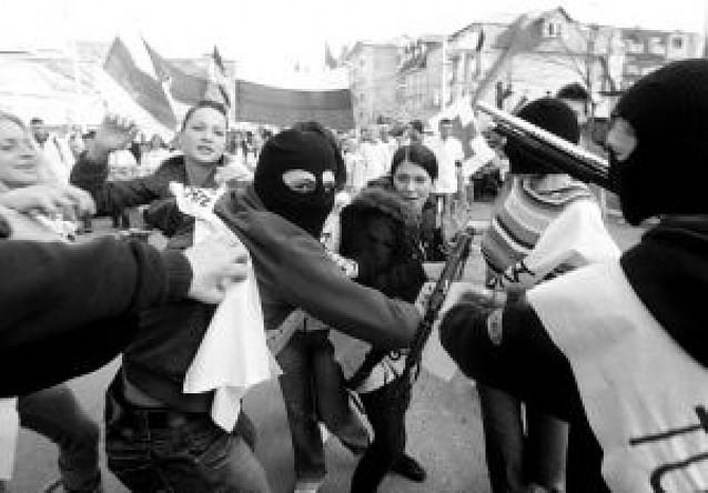 Condena internacional a la quema de embajadas en las protestas de Belgrado