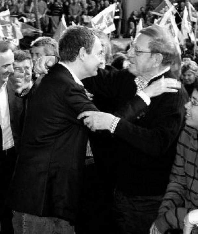 Zapatero abrió la campaña en León y abrazó a su padre en el mitin