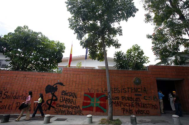 Un grupo de desconocidos lanza bombas lacrimógenas contra la embajada española en Caracas