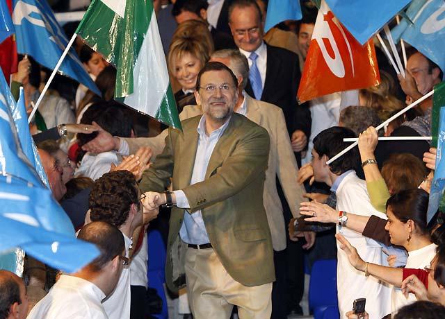 """Rajoy avisa que si gana Zapatero volverán """"los tiempos del paro y del despilfarro"""""""