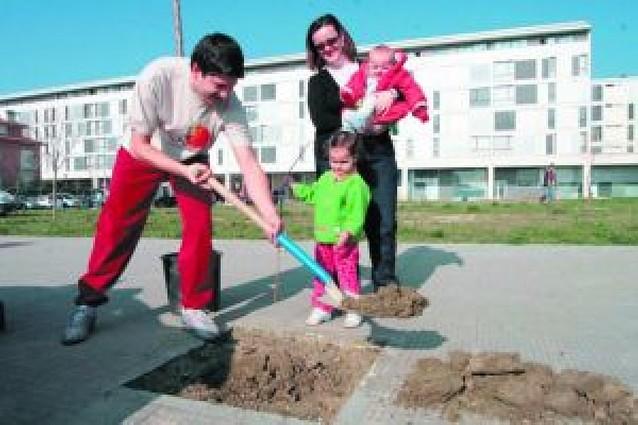 67 familias de Berriozar plantaron ayer su árbol