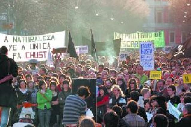 Más de mil personas marchan por el vaciado de Itoiz y contra el recrecimiento de Yesa