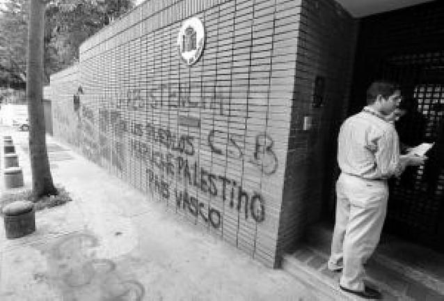 El Gobierno condena el ataque con gas lacrimógeno a la embajada en Caracas