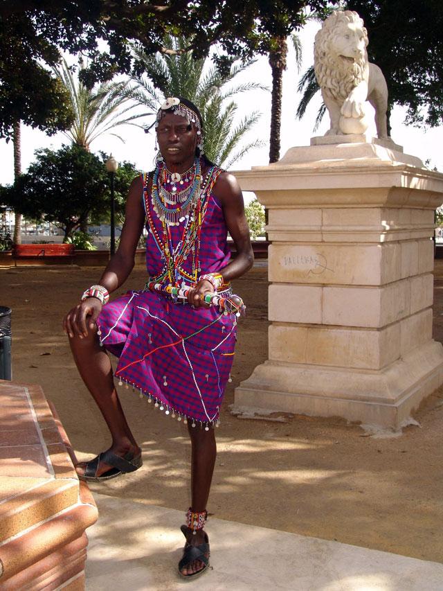 Un jefe masai busca ayuda en Europa para un programa educativo de su tribu en Kenia