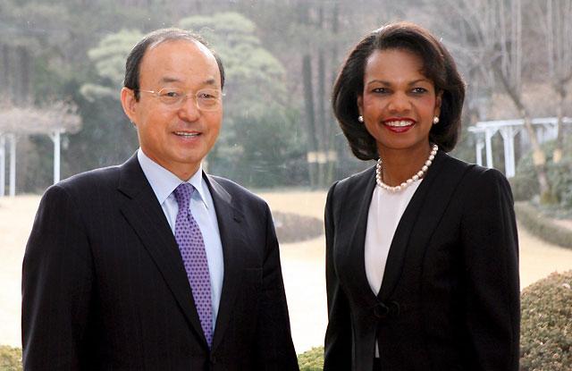"""Condoleezza Rice es """"flor nopal de belleza incomparable"""" para los surcoreanos"""