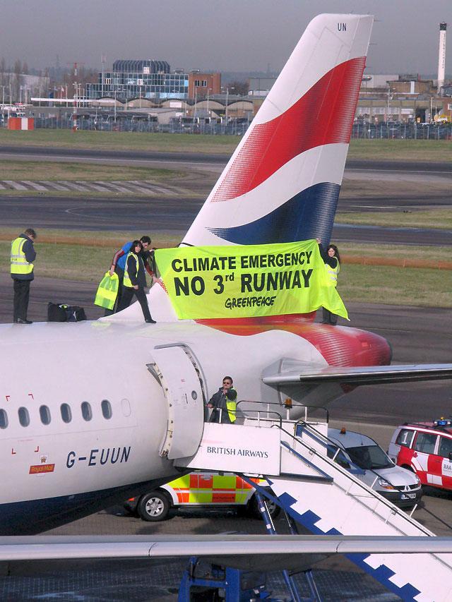 Detenidos los activistas de Greenpeace que subieron al fuselaje de un avión para protestar