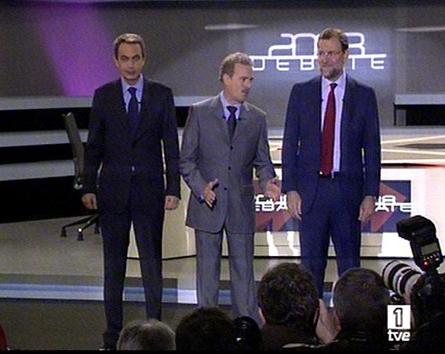 Rajoy y Zapatero cumplen el horario previsto y ambos eligen traje oscuro para su primer 'cara a cara'