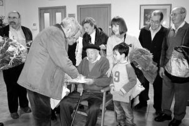 Homenaje municipal a un residente centenario