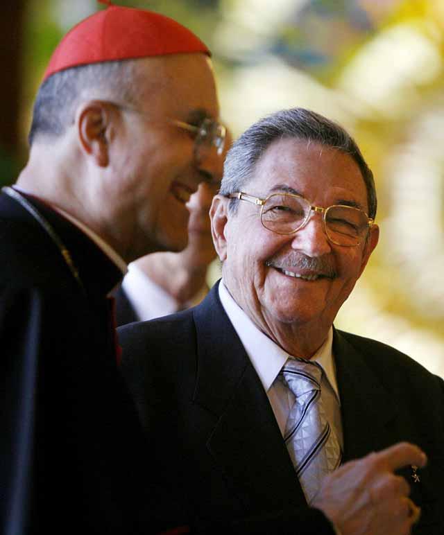 El cardenal Bertone trasmite a Raúl Castro la preocupación del Vaticano por la situación de los presos en Cuba