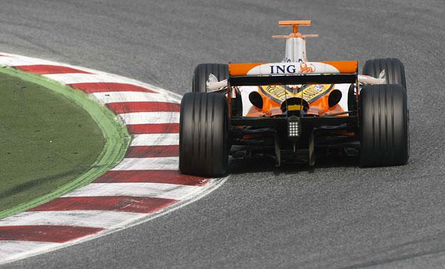 Alonso mejora sus registros en la tanda matinal de Montmeló