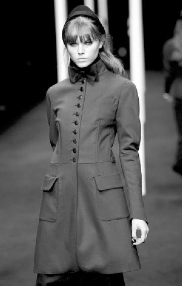 París se tiñó de negro y azul marino infalible con Lagerfeld