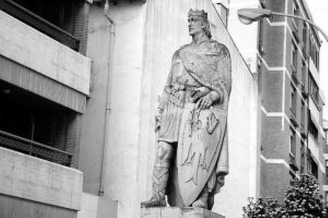 Sancho El Fuerte, con un paquete bajo el brazo