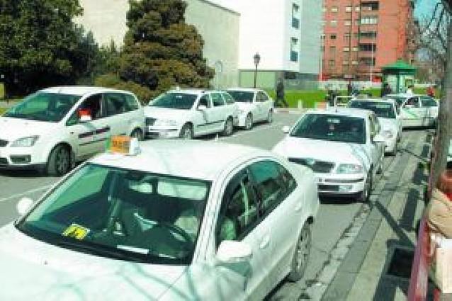 Los taxistas critican la reducción en la tarifa de la bajada de bandera