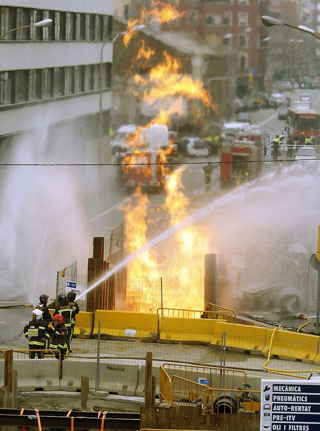 Una fuga de gas enciende una llama de ocho metros de altura durante dos horas en el Poblenou