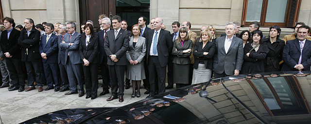 Los parlamentarios navarros se concentran en repulsa por los últimos cuatro asesinatos de violencia de género