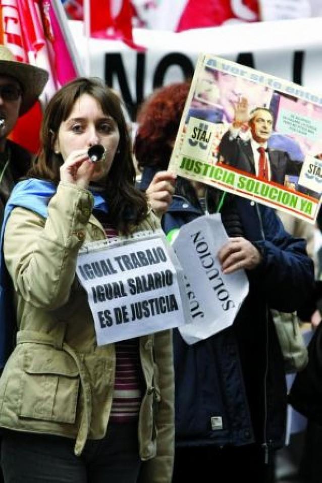 Miles de funcionarios de Justicia se concentran ante la sede del PSOE