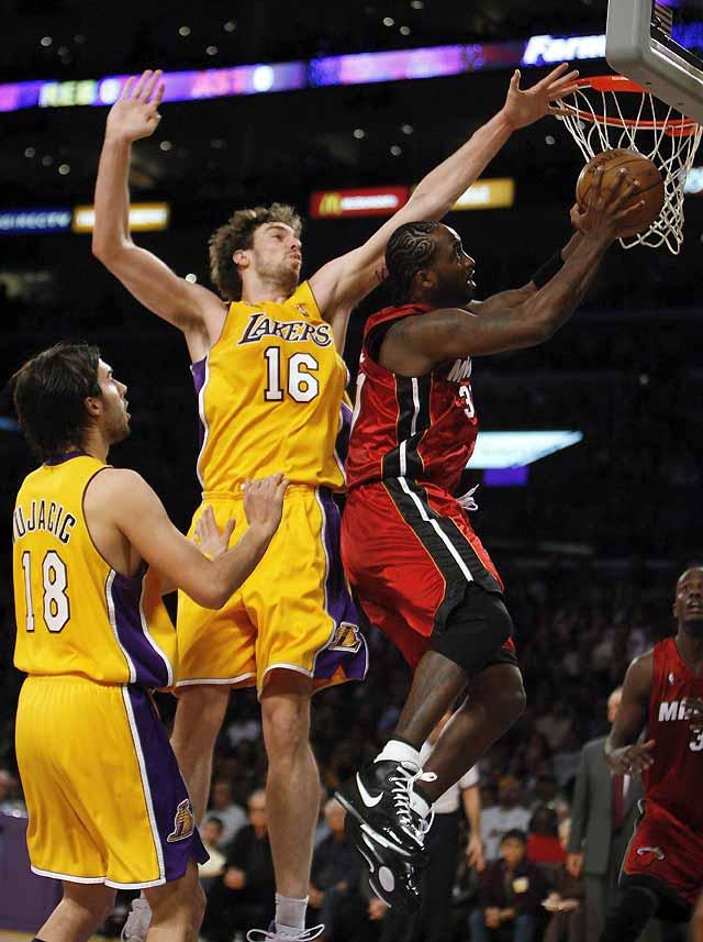 Los Lakers suman su décima victoria consecutiva y hunden más a los Heat