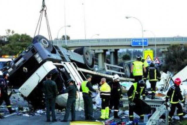 Un herido grave al volcar un camión en la A-15 en Tafalla
