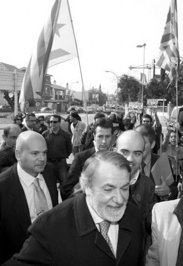 Mayor Oreja, increpado por independentistas en su visita a Barcelona