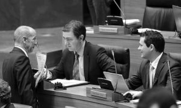 El Parlamento exige al Gobierno vasco que respete a los navarros