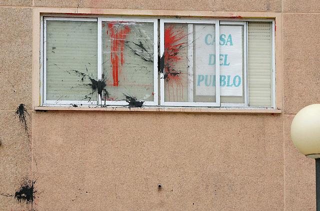 Lanzan botellas llenas de pintura contra la sede del PSN en Barañáin