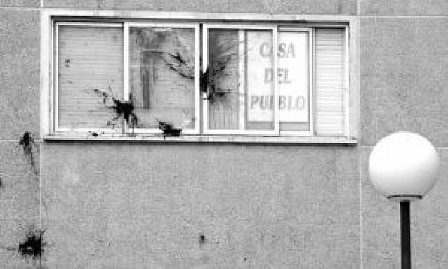Tres encapuchados lanzan pintura a la sede del PSN en Barañáin