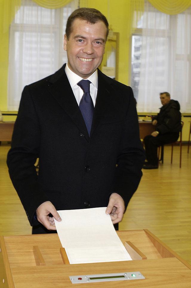 El candidato del Kremlin, Dmitri Medvédev, arrasa en los comicios presidenciales en Rusia