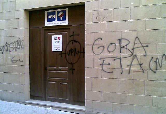 Aparecen pintadas amenazantes en la sede de UPN en Viana