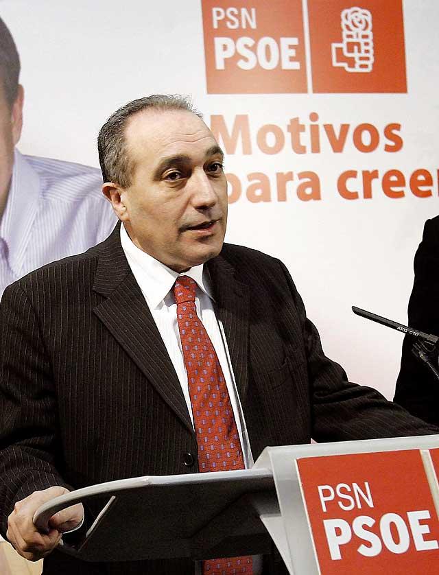 El PSOE permanece en contacto continuo con la familia de Carlos Chivite, que sigue en extrema gravedad