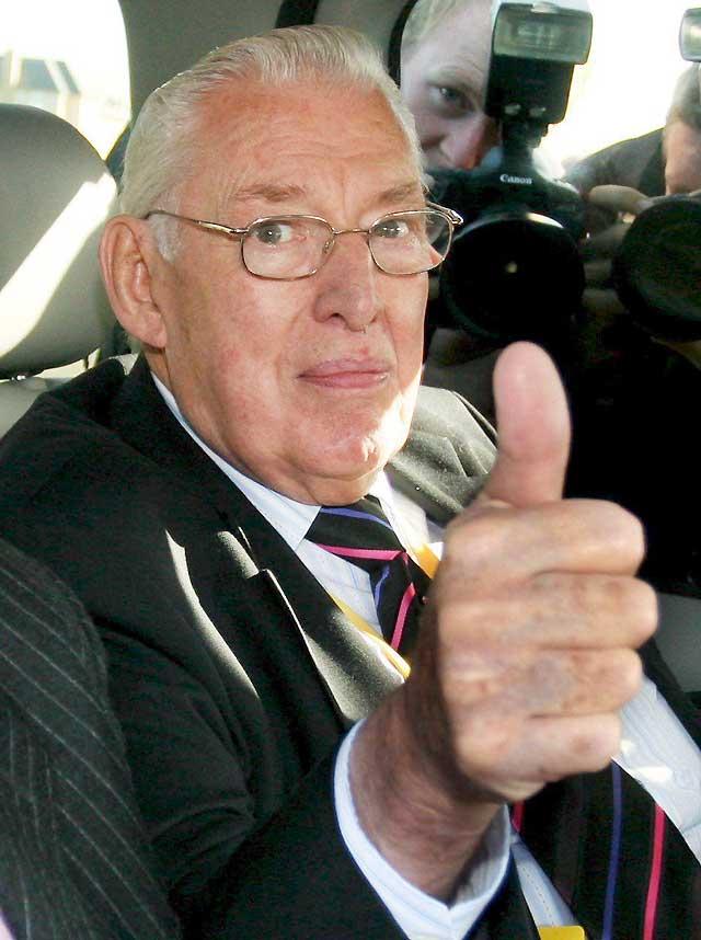 Dimite Ian Paisley, primer ministro de Irlanda del Norte