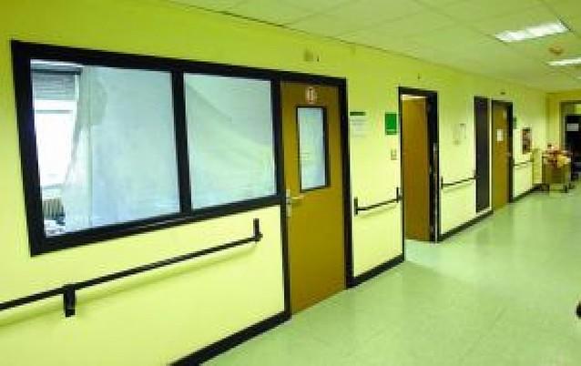 La falta de camas lleva al Hospital a usar como habitaciones salas de visitas