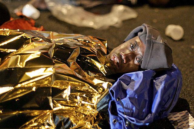 Llegan dos inmigrantes fallecidos al Puerto de los Cristianos en un cayuco con más de 50 personas