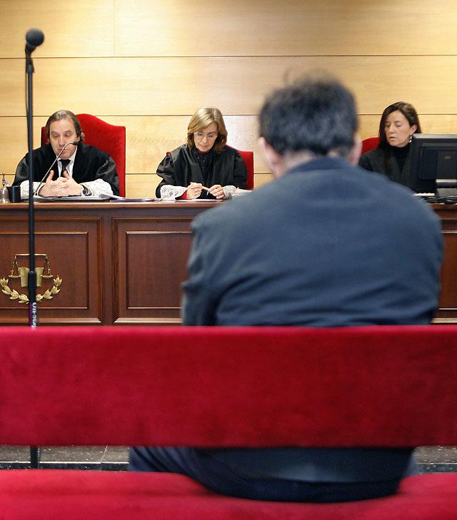 Condenado a 94 años de cárcel por violar y abusar de sus tres hijas durante 20 años