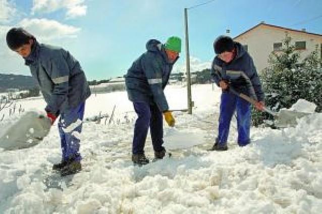 La nieve se hace notar en las aulas y el transporte público de la zona