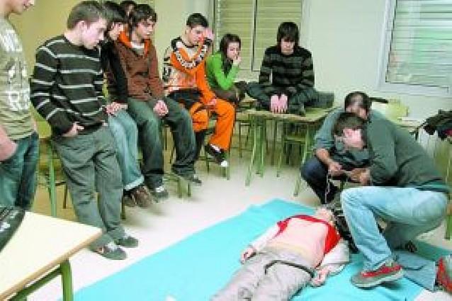 Alumnos del instituto Benjamín, en un curso de primeros auxilios