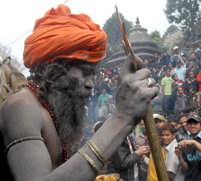 Miles de hindúes conmemoran la boda del dios Shiva en la India