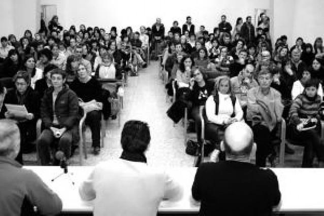 Los profesores interinos, críticos con la decisión de desconvocar la huelga